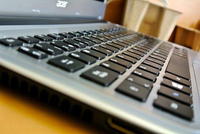 klasický laptop
